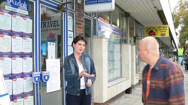 Pracovnice cestovní kanceláře Eurotravel odpovídá na dotazy klientů.