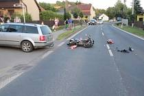 Šestatřicetiletý řidič vozidla VW Passat odbočoval z hlavní silnice a přehlédl v protisměru jedoucí motocykl Honda CBR. Při střetu utrpěl těžký úraz mladý řidič motocyklu.