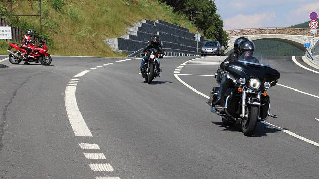 Motorkáři na silnici v okolí Červenohorského sedla