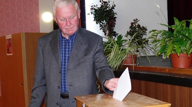 Loštický zastupitel Jan Selinger (KSČM) při volbě starosty v listopadu 2010.