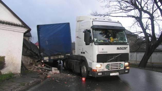 Škodu za dvacet tisíc korun si vyžádala neobvyklá nehoda v obci Rájec na Zábřežsku.