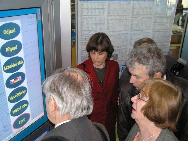 Nový informační panel na nádraží v Zábřehu si nevidomí a slabozrací se zájmem prohlíželi a testovali.