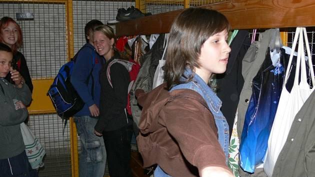 Žáci sedmé třídy se převlékají ve vlhkých šatnách, které se na jaře konečně začnou opravovat.