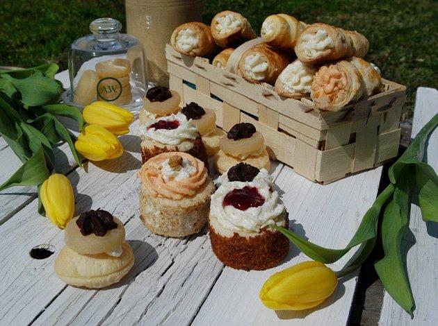 První Tvarůžkovou cukrárnu otevřeli loni vlednu vLošticích manželé Poštulkovi. Vznikla způvodní prodejny lahůdek poté, co začali nabízet kromě sladkostí inetradiční zákusky ztvarůžků. Vypadají sladce, ale chutnají slaně.