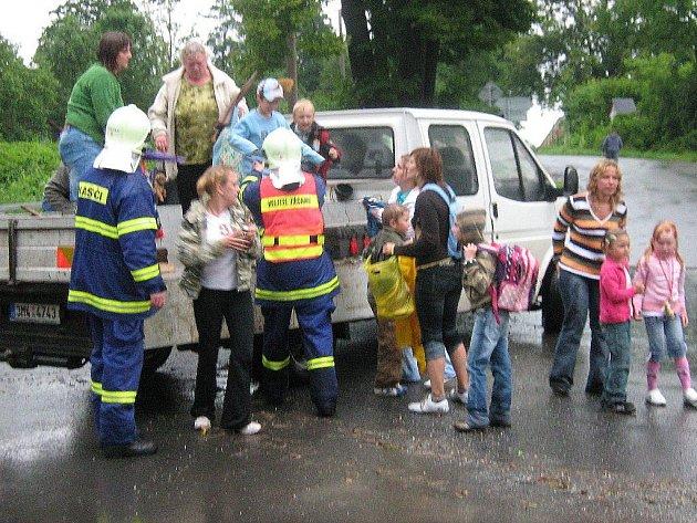 Evakuace dětí z postižené oblasti
