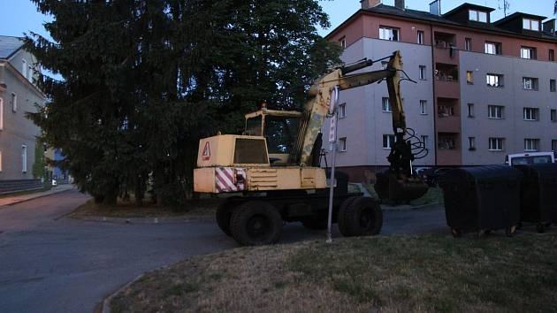 Muž v Zábřehu ukradl kolové rypadlo, se kterým se chtěl projet po městě. Foto: Police ČR