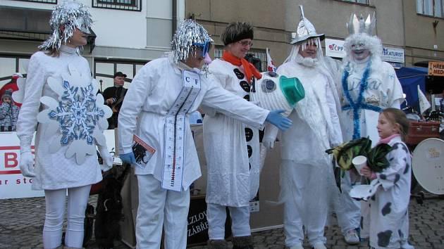 Na závodu čtyřspřeží s lidskou posádkou, který je jedním z vrcholů festivalu recesistů, dobrodruhů a cestovatelů Welzlování, se v neděli 15. února postavilo v Zábřehu dvanáct posádek. K vidění byly roztodivné kreace.