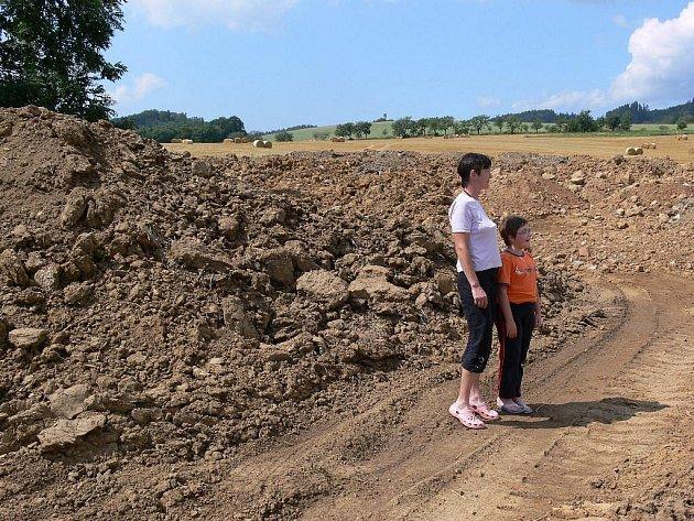 Hromada patrně kontaminované hlíny nedaleko lázní v Bludově