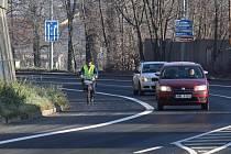 Po silnici první třídy ze Šumperku na Rapotín jezdí řada cyklistů. Příští rok jim budou sloužit vyhrazené pruhy.