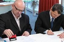 Prezident  Draků Vladimír Velčovský při podpisu smlouvy
