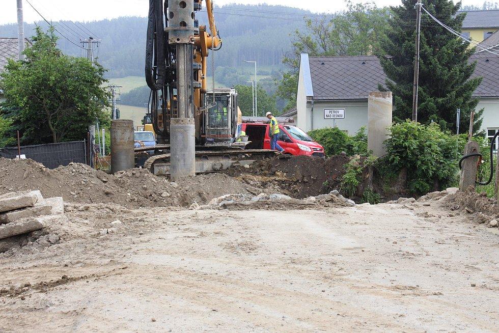 Stavba protipovodňových opatření na řece Desné - stavba nového mostu u rapotínského kostela.