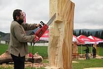 Déšť a nepříjemná zima ztěžuje práci osmičce sochařů, kteří se sešli v Rejvízu na Jesenicku na druhém ročníku Řezbování.