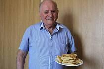 Předseda Řecké obce Zlaté Hory Georgios Muratidis s tradičním řeckým pokrmem pita.