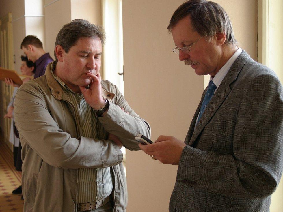 Josef Milar (vlevo) se svým advokátem