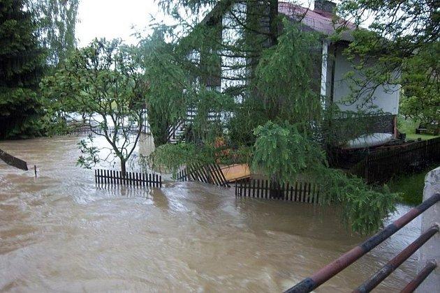 Okolí Klatov bojuje s velkou vodou.
