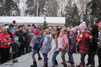 """Akce s názvem """"Vánoční Boženka"""" náměstíčko před ZŠ B. Němcové v Zábřeze v pátek 6. prosince zcela zaplnila."""