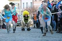 Recesistický závod čtyřspřeží s lidskou posádkou v Zábřehu