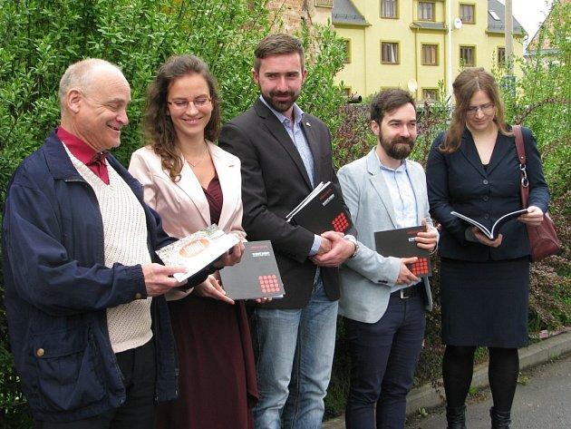 Knihu představují historik Zdeněk Doubravský, Olga Hajduková a Bohuslav Vondruška ze šumperské radnice, grafik Jiří Giesel a mluvčí muzea Martina Buchtová.