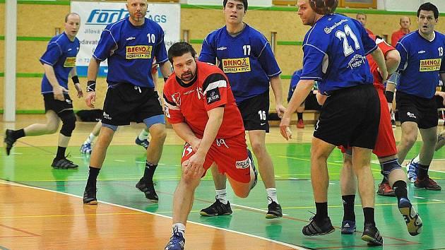 Šumperští házenkáři (modré dresy) na snímku z pohárového utkání s Kopřivnicí