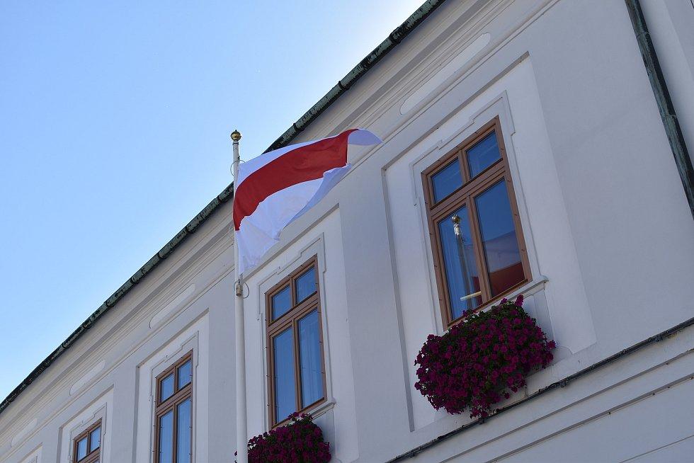 Historická běloruská vlajka před jesenickou radnicí