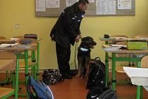Policisté dětem v Základní škole Zlaté Hory předvedli cvičení zaměřené na drogy.