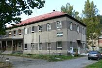 Vstup do areálu bývalé přádelny lnu Slezanu Hanušovice.