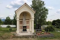 Hrobka šumperského stavitele Antona Schwestky na hřbitově v Šumperku - Temenici prochází opravou.