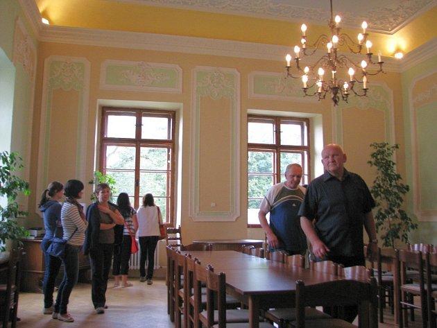 Vůbec poprvé si mohli vsobotu 13.září při Dnech evropského dědictví návštěvníci prohlédnout interiéry zámku vŽádlovicích uLoštic, kde jinak sídlí internát a dílny zemědělského učiliště.