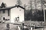 """AKCE Z. Do akcí """"Z"""" se tehdy zapojovala celá vesnice, od studentů až po důchodce. Snímek zroku 1974 je zachycuje při betonování základů budoucího MNV. Parčíku před ním musel ustoupit i místní mlýn."""