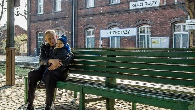 Děda ukazuje svému vnoučkovi vlak. Jiné než ty z Česka do Glucholaz nezajíždějí. A brzy možná nebudou do pohraničního města zajíždět ani ty.