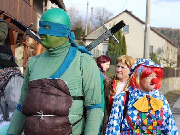 Masopustní průvod v Hrabenově 25. února 2015.
