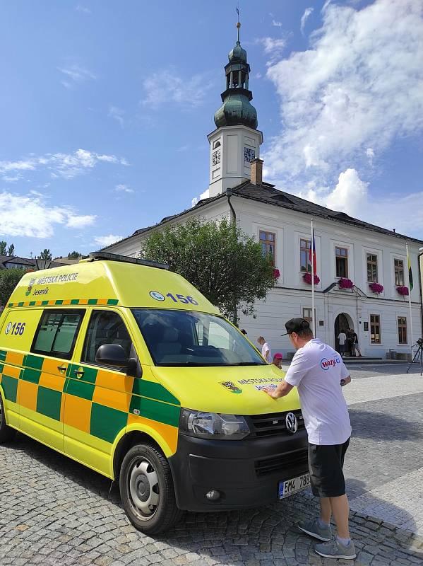 Vyřazená sanitka s novým polepem, kterou jeseniční strážníci odváží silně opilé lidi na protialkoholní záchytnou stanici.