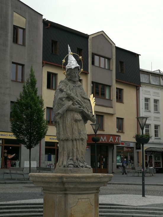 Socha svatého Jana Nepomuckého na náměstí v Jeseníku s čepičkou proti 5G záření.