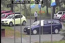 Zloděje zachytila při vykrádání vodu kamera.