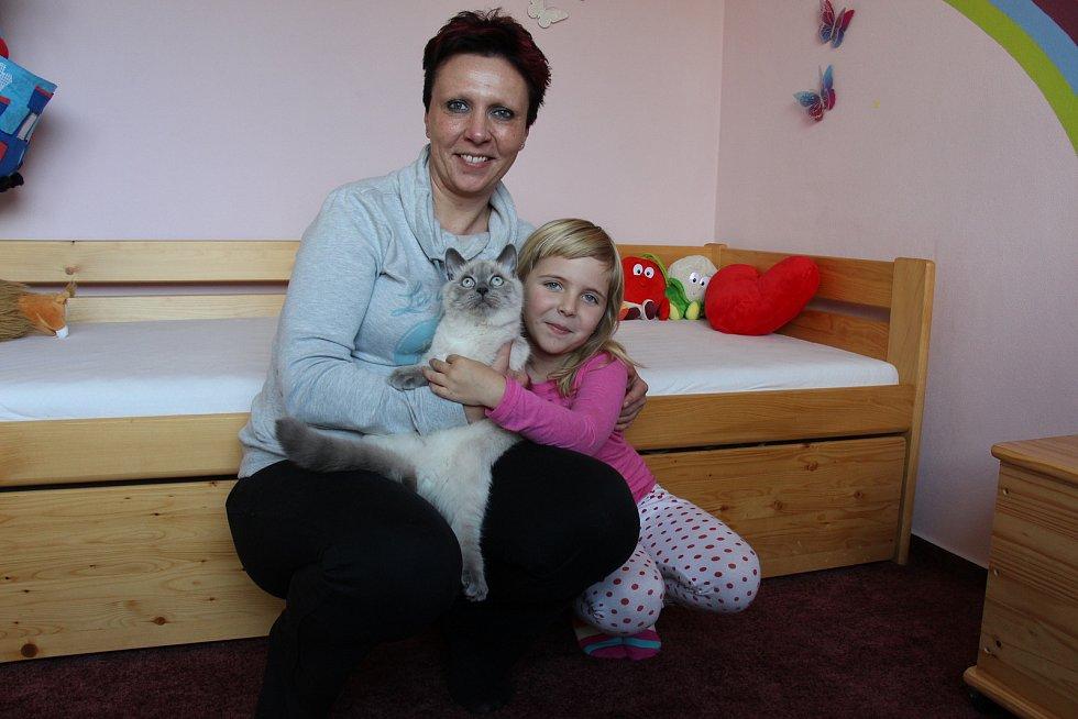 Petra Hoblerová z Loučné nad Desnou s dcerou Naděždou a kocourem.