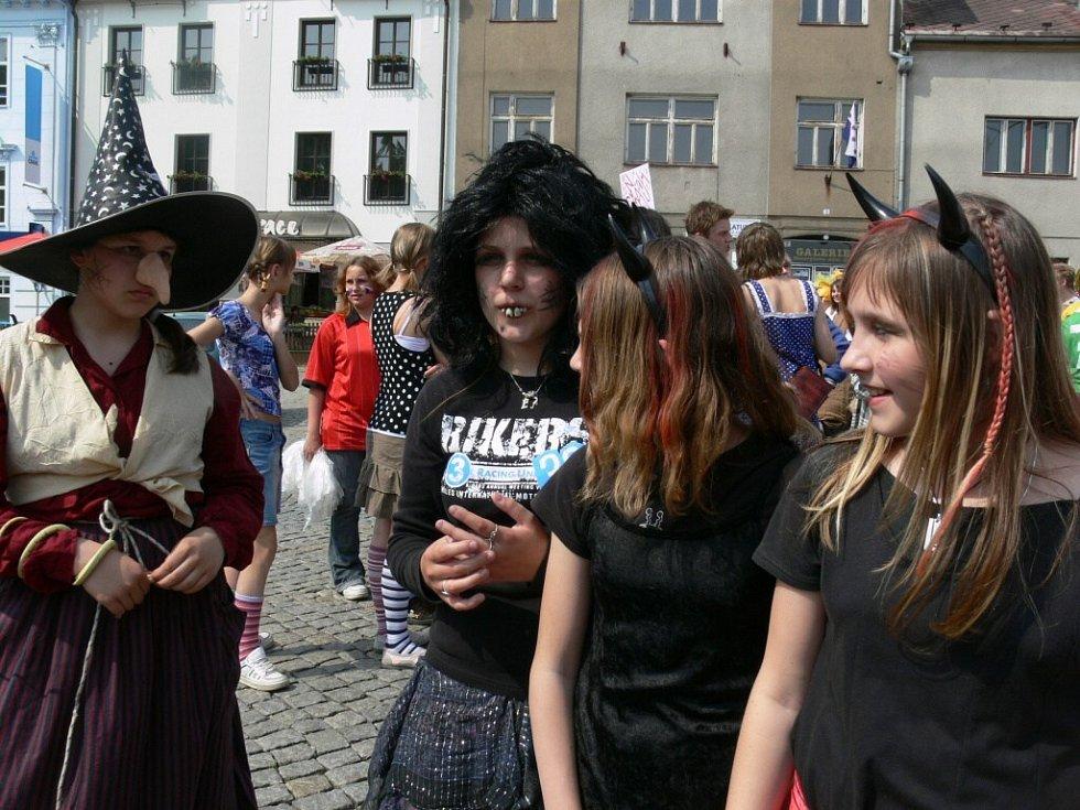 Z ostatních zábřežských škol se do průvodu zapojily jen děti ze III. základní školy, zvláštní školy a ze školek. Děvčata na snímku na sebe vzala čertovskou podobu.
