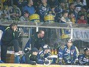 Snímek z nedělního utkání ve Vsetíně, vlevo je Ambruz, u brankoviště Novosad