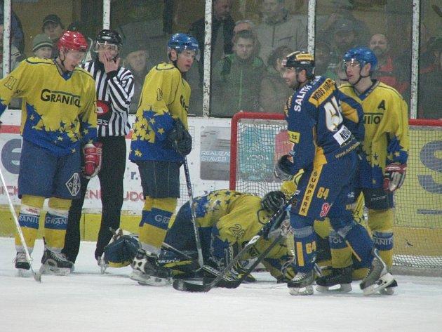 Draci si v prvním utkání čtvrtfinále poradili hladce se Šternberkem (žluté dresy)