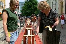 Do drážky, které vedla od obchodního domu až k divadlu, vložilo své mince mnoho kolemjdoucích. Podařilo se jim tak vytvořit český rekord.