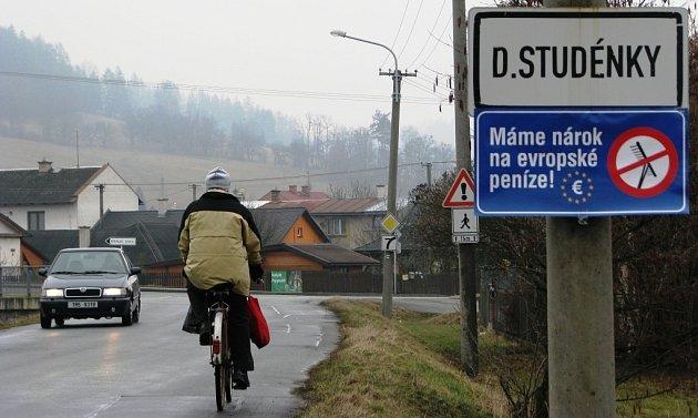 Jednou z obcí na Šumpersku, které se připojily k protestu za spravedlivější rozdělování dotací z Evropské unie i ve prospěch venkova a vyvěsily modrou ceduli s přeškrtnutými hráběmi a nápisem Máme nárok na evropské peníze! byly i Dolní Studénky.