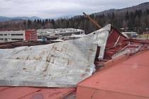 Poničená střecha průmyslového objektu v ulici U Bělidla.