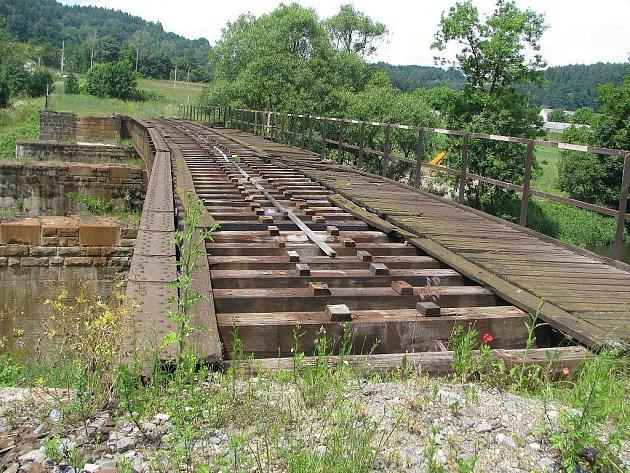 Tak vypadala opuštěná železniční trať mezi Lupěným a Hněvkovem na Zábřežsku v létě 2008