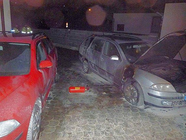 Neznámý žhář vnikl vúterý brzy ráno na oplocený pozemek a pomocí hořlaviny se pokusil zapálit dvě auta známého mohelnického podnikatele Martina Vaňourka.