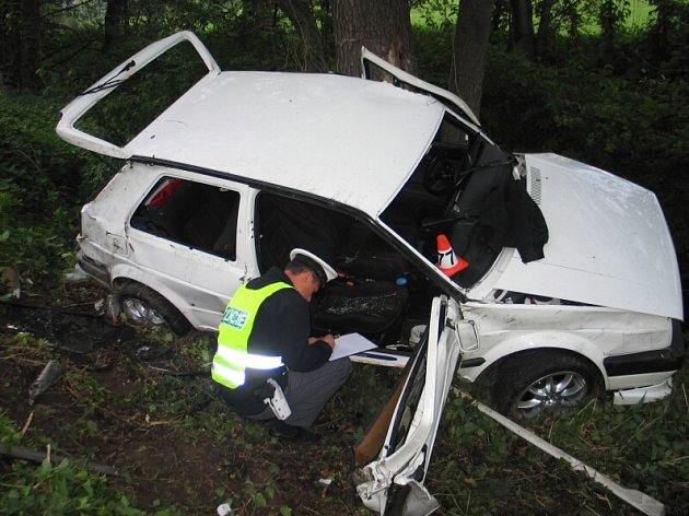 VW Golf skončil poničený mimo silnici