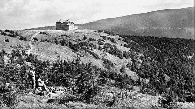 Chata na Králickém Sněžníku na historické fotografii.
