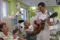 Primář Petr Schlemmer zpívá pacientům na Štědrý den