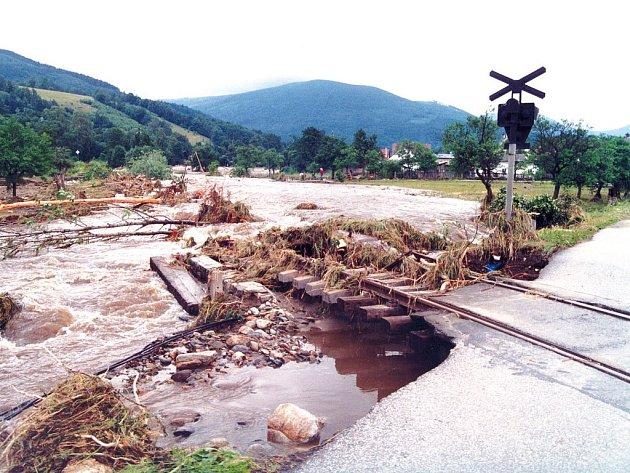 Povodeň odplavila i železniční trať.