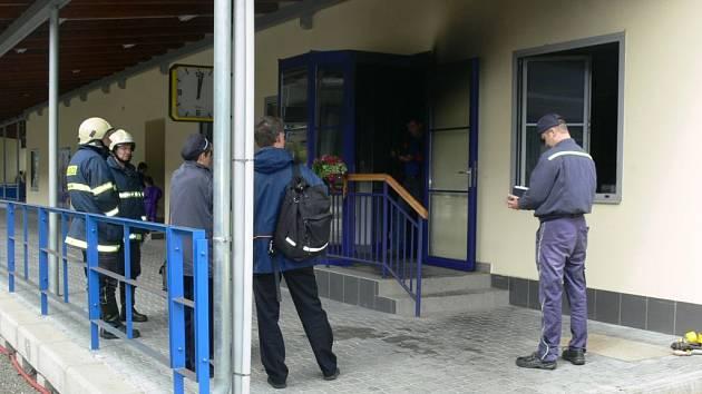 V neděli odpoledne vyhořela dopravní kancelář v železniční stanici Zábřeh na Moravě. Vlaky na hlavní trati se kvůli tomu opozdily.