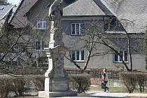 Socha svatého Jana Nepomuckého stojí od podzimu 2010 u rybníčku proti bludovskému zámku