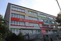 Základní škola Vrchlického v Šumperku s otvory pro rekuperační jednotky ve fasádě.